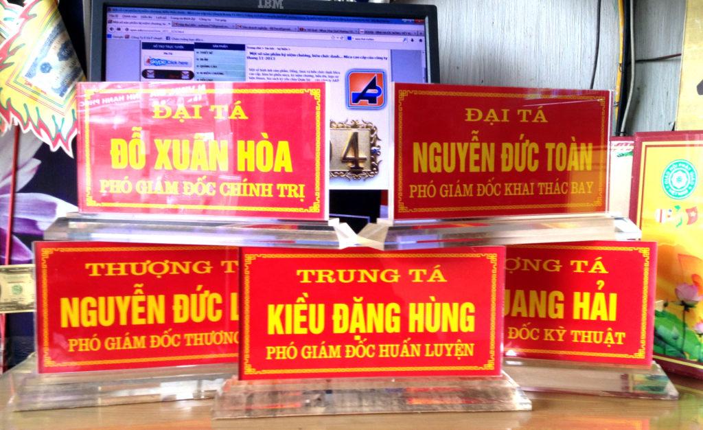 Nhận làm biển chức danh mica để bàn giá rẻ tại tphcm