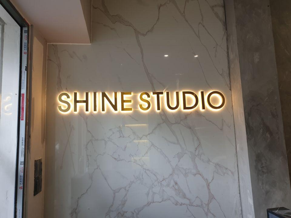 Bảng hiệu chữ nổi gắn đèn trong nhà